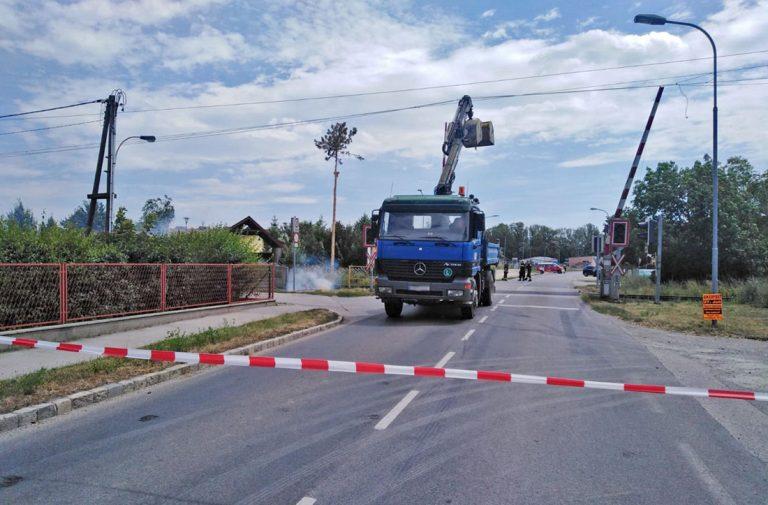 20190705 Lkw geriet bei Bahnübergang in Oberleitung - Unterwalt