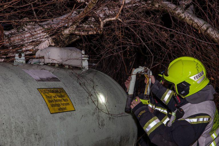 20151201 Baum fällt auf Flüssiggastank in Baden Leesdorf