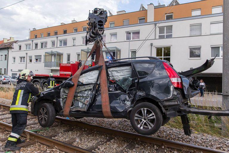 20160617 Pkw von Badner Bahn bei Bahnübergang in Traiskirchen e
