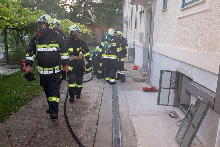 20160625 Kellerbrand in Mehrparteinwohnhaus in Blumau-Neurisshof