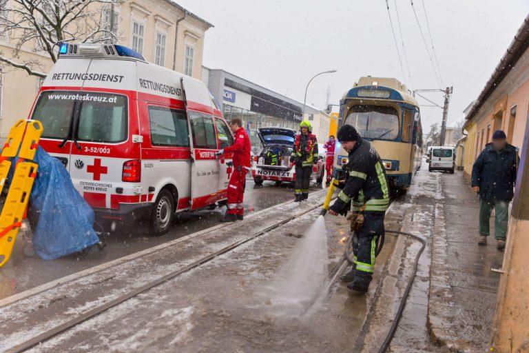 20171130 Person unter Badnerbahn in Baden  Foto: Stefan Schneide