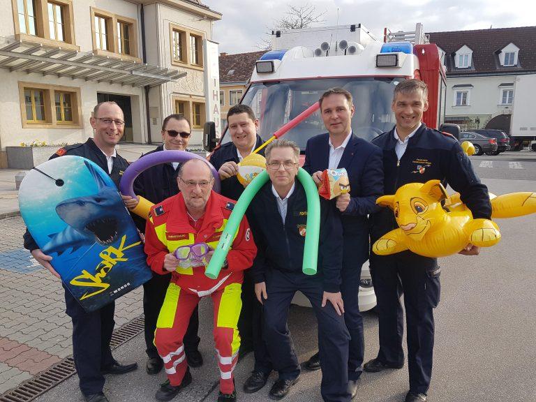 Bad frei: Bürgermeister Andreas Babler mit den Kommandanten der fünf Stadtfeuerwehren und dem Dienststellenleiter des Samariterbunds
