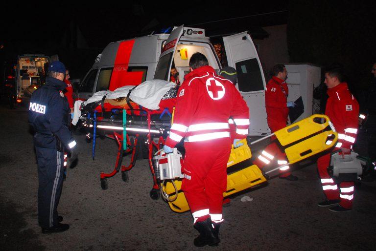 Der 53-jährige Mann wird mit Schnittverletzungen ins Krankenhaus gebracht