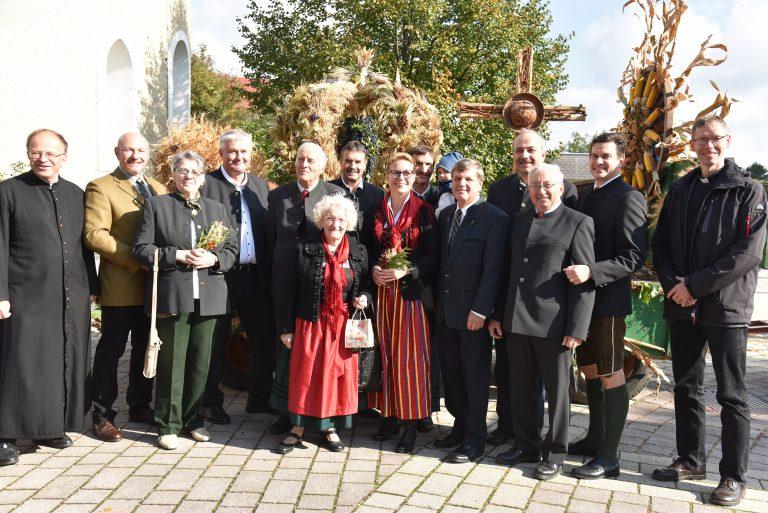 Oberwaltersdorfs Bauernschaft mit Klara Hartl, Bürgermeisterin Natascha Matousek und Vizebürgermeister Günter Hütter.