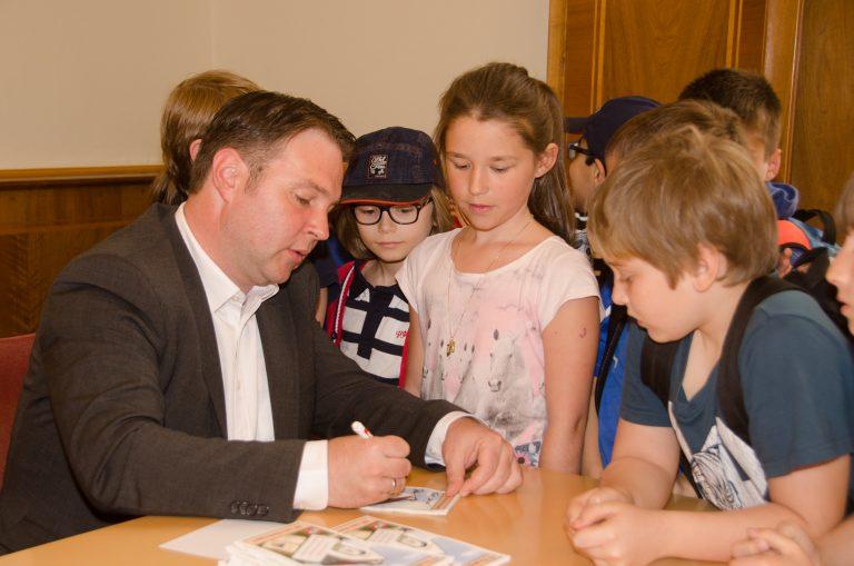Der Bürgermeister startet gemeinsam mit den Kindern und dem Lehrkörper der Volksschule Möllersdorf Aktionen.