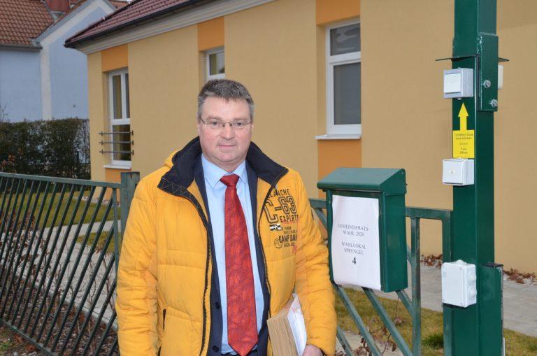 Ebreichsdorf: Kocevar vor dem Wahllokal in der Piestingau