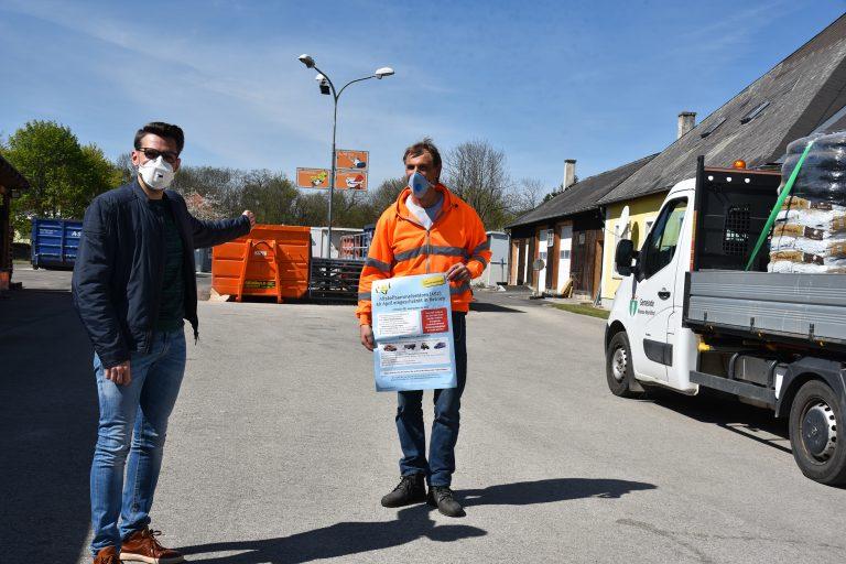Bürgermeister René Klimes und Bauhofchef Christian Eder lockern für ihre Bürgerinnen und Bürger die Sicherheitsmaßnahmen zur Eindämmung der Corona-Pandemie.