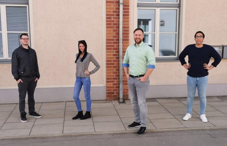 Auf dem Bild v.l.n.r. Lukas Neumüller (NEOS), Katharina Riegler (NEOS), Andreas Goldberg (Bildungsgemeinderat NEOS) und Mo Golyar (NEOS)