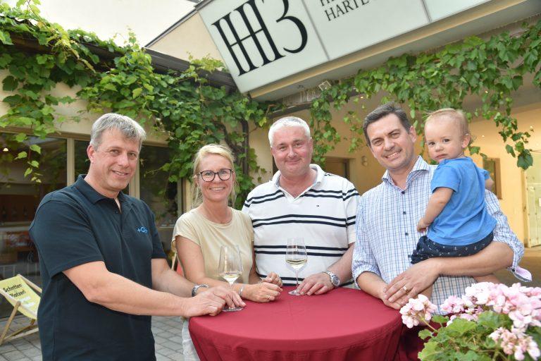Im Bild Bürgermeisterin Natascha Matousek mit Vizebürgermeister Günter Hütter, GGR Klaus Schmid und GGR Heinrich Hartl mit Sohn Franziskus.