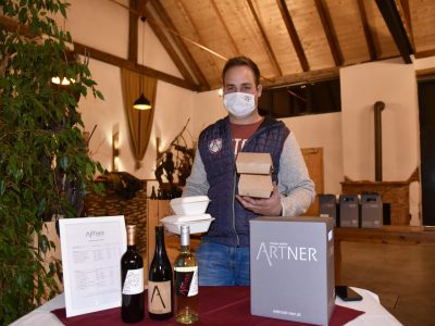 Andreas Artner bietet Speisen und Wein zum Mitnehmen