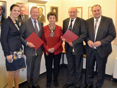 Bgm. Abg. z. NR Andreas Kollross (ganz rechts) und Vbgm. Mag. Claudia Jahn (ganz links) zeichneten Erich Wild, Helga Kopfer und Kurt Zidercis (von links nach rechts) mit der Ehrennadel aus.