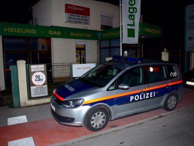 Polizeistreife vor dem Lagerhaus