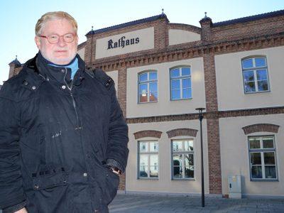 Fotomontage Peter Jungmeister vor dem Ebreichsdorfer Rathaus